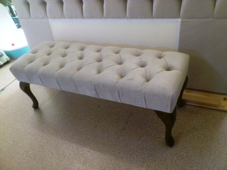 Bench with deep buttoned design